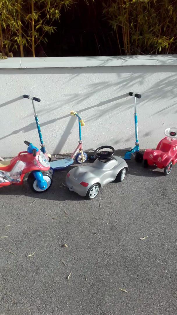 Trotinettes et petites voitures